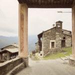 Vue dès l'entrée de l'église. Ostana. Sant'Antonio. Alessandro Guida