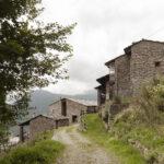 Vue du hameau avec l'immeuble Lou Portoun. Ostana. Sant'Antonio. Isabella Sassi Farìas